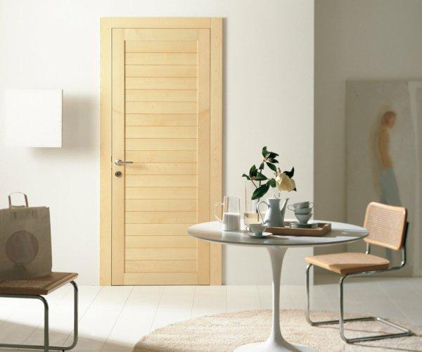 светлая межкомнатная дверь дерево сосна массив фото