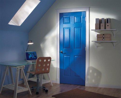 яркая межкомнатная дверь синяя фото белые стены