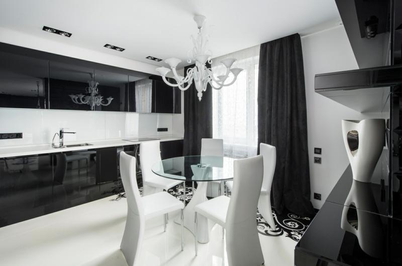 дизайн бело черной кухни фото интерьер белая столешница кожаные стулья