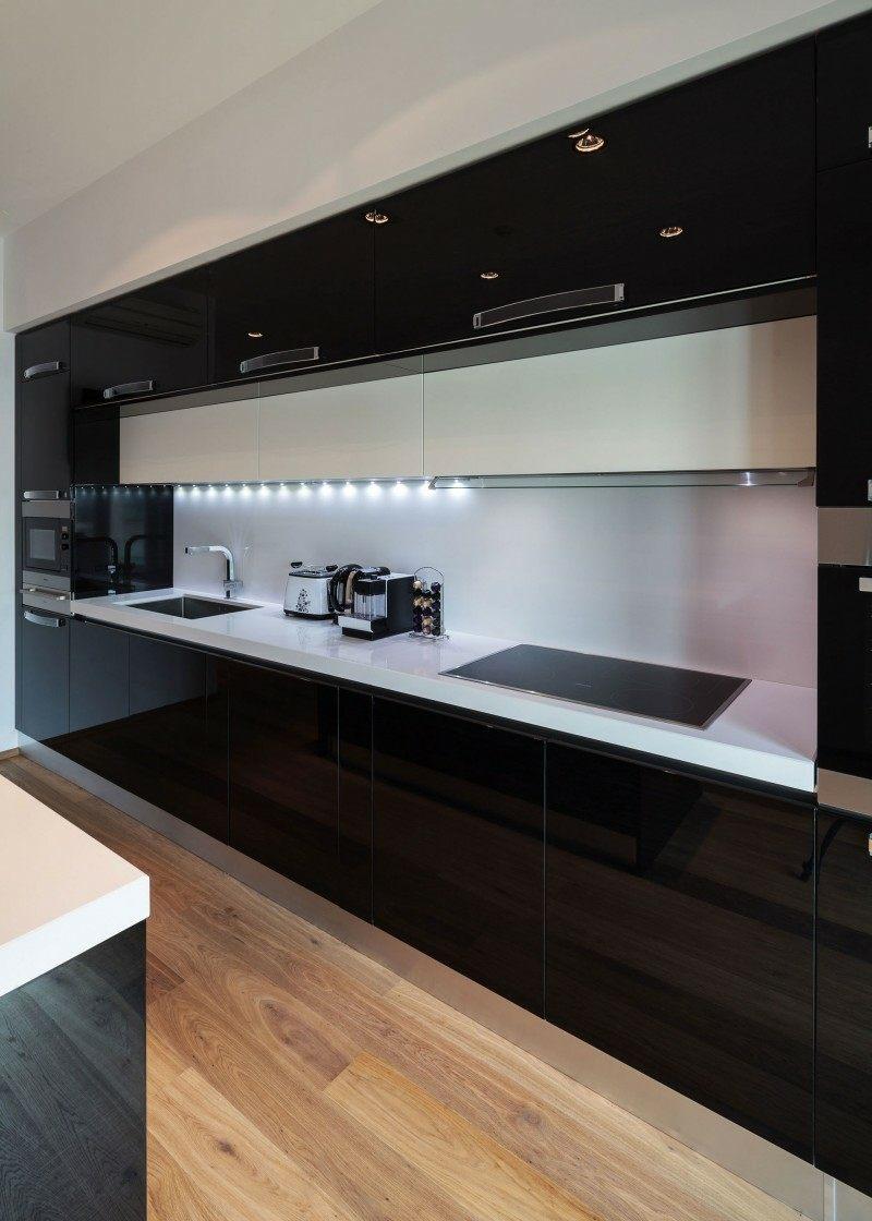 дизайн черной глянцевой кухни фото интерьер с белой столешницей