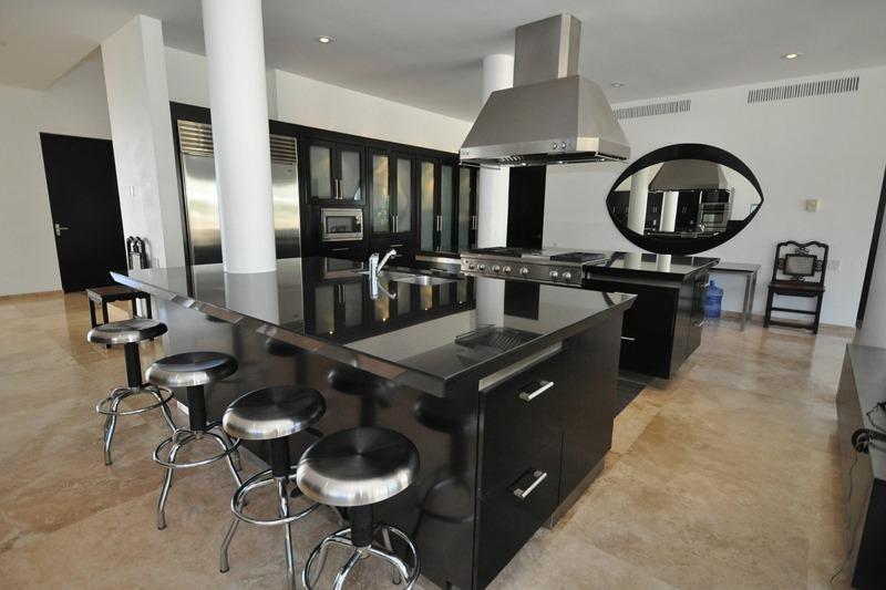 дизайн черной глянцевой кухни фото интерьер стальные железные барные стулья