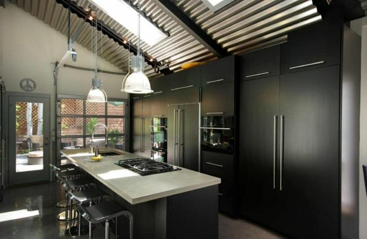 дизайн черной кухни фото интерьер белая столешница барные стулья