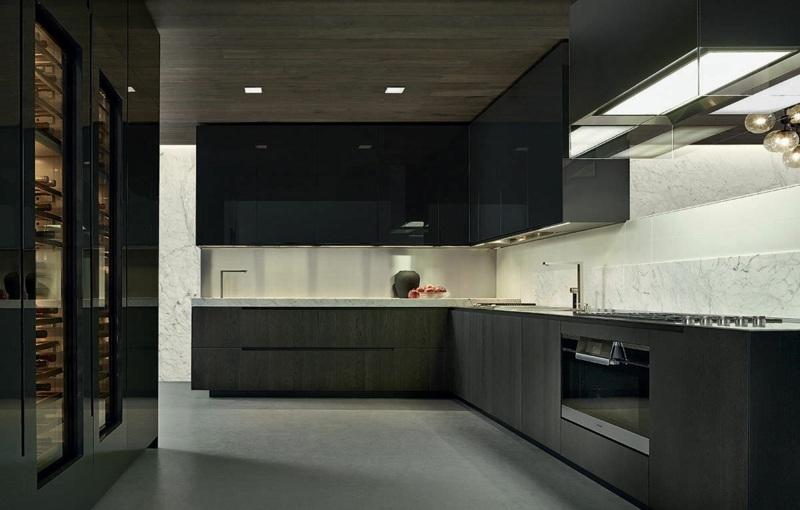 дизайн черной кухни фото интерьер белый фартук мрамор гранит