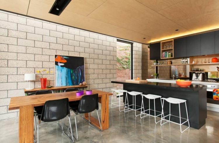 дизайн черной кухни фото интерьер деревянный стол барные стулья глянцевая столешница