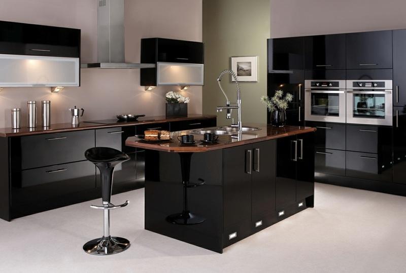 дизайн черной кухни фото интерьер глянец столешница темное дерево