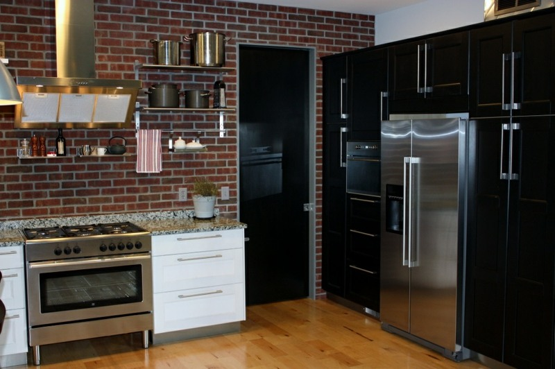 дизайн черной кухни фото интерьер индустриальный золотая вытяжка кирпичная стена