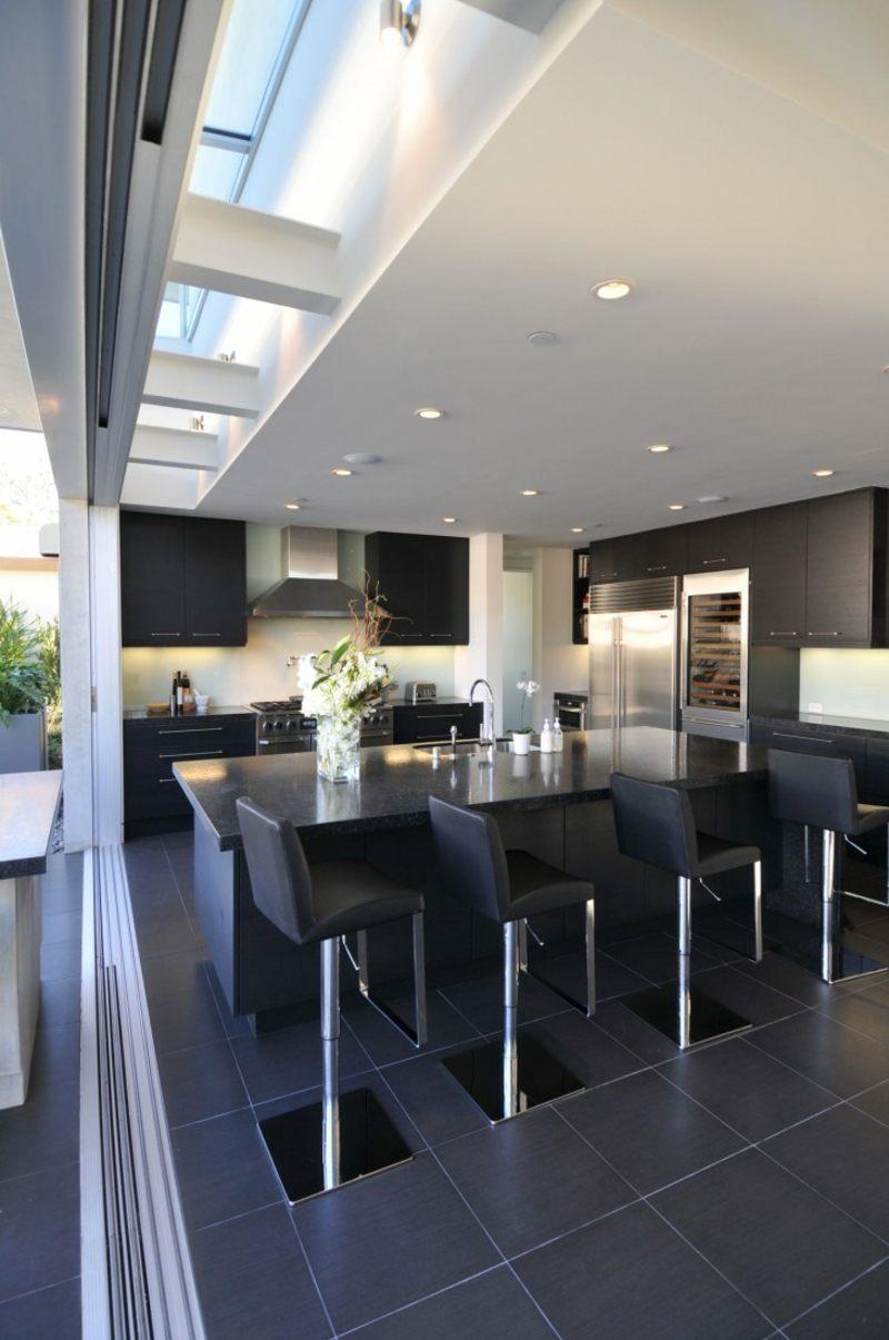 дизайн черной кухни фото интерьер кожаные барные стулья