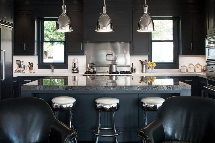 дизайн черной кухни фото интерьер мраморная столешница стальные подвесные светильники