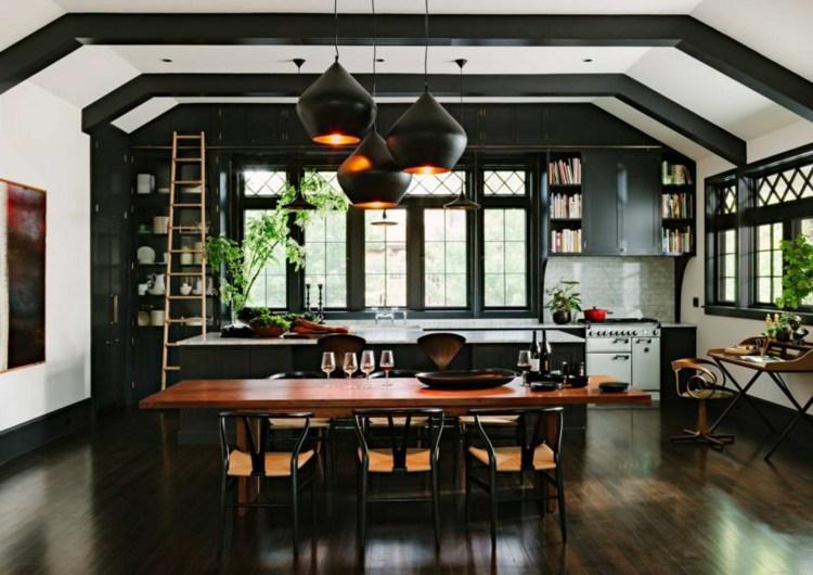 дизайн черной кухни интерьер фото деревянная столешница черно-белый потолок