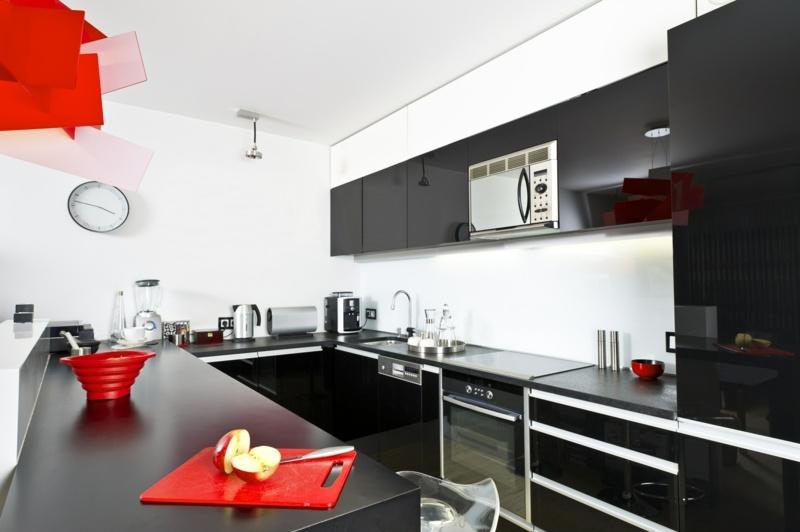 дизайн красно черной кухни фото интерьер