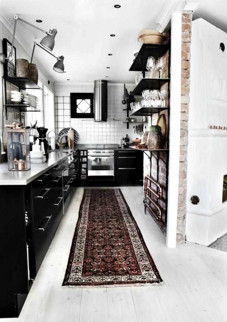 дизайн маленькой черной кухни фото интерьер белая столешница пол кирпичная стена