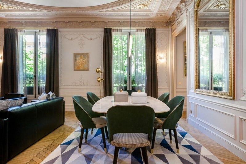 гостиная в стиле современное барокко фото лепнина зеркало резное