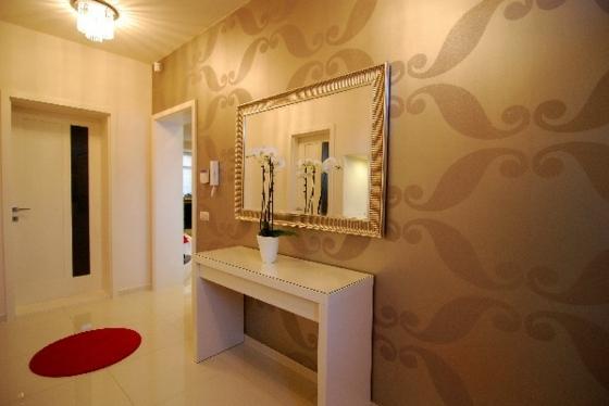 идеи дизайна коридора фото обои с большим узором белый консольный столик