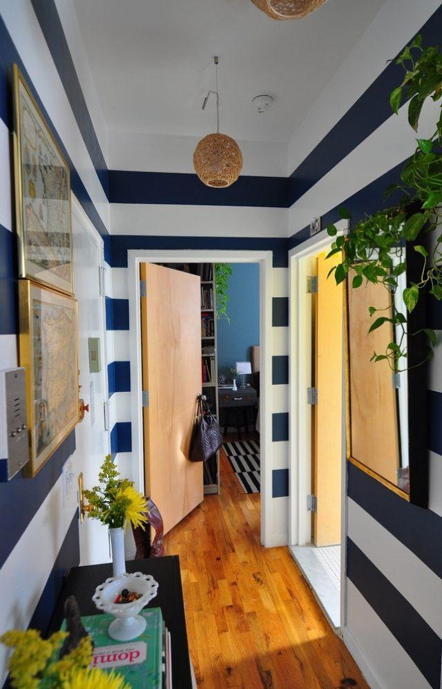 идеи дизайна маленького коридора фото полосатые обои бело-синие