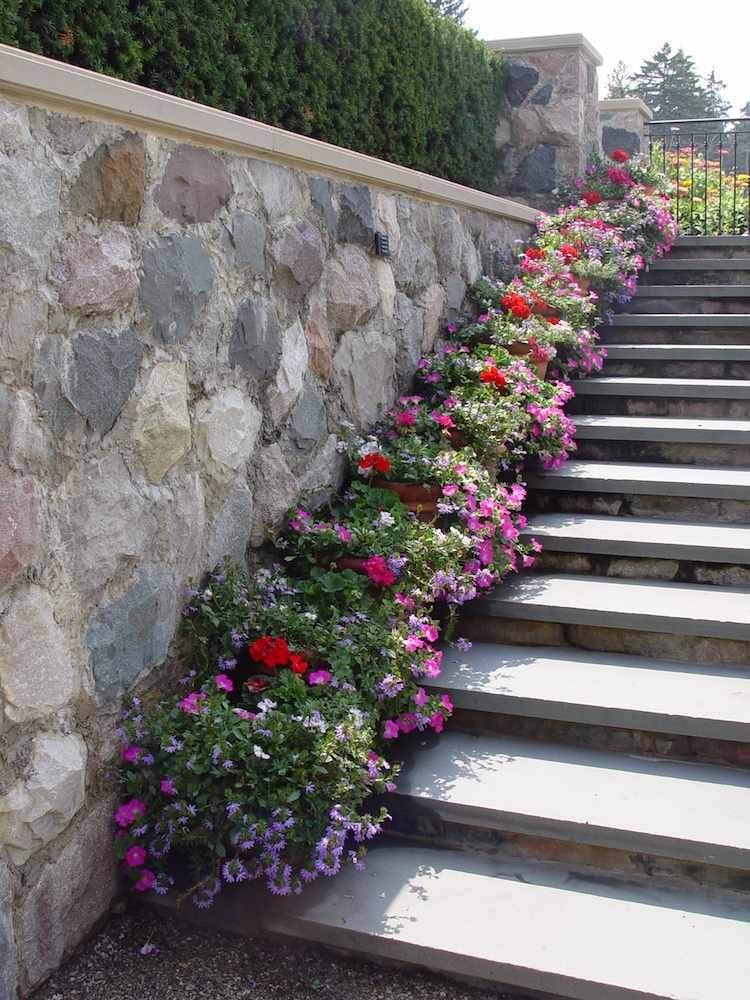 идея садовой лестницы своими руками бетон камень цветочные горшки