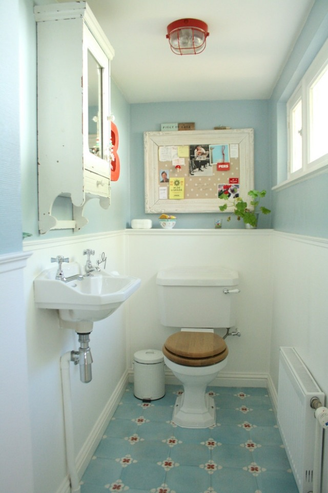 комната ванная ретро стиль фото голубая белые панели
