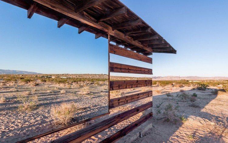 современный фасад зеркальный фото деревянный домик зеркальные панели пустыня