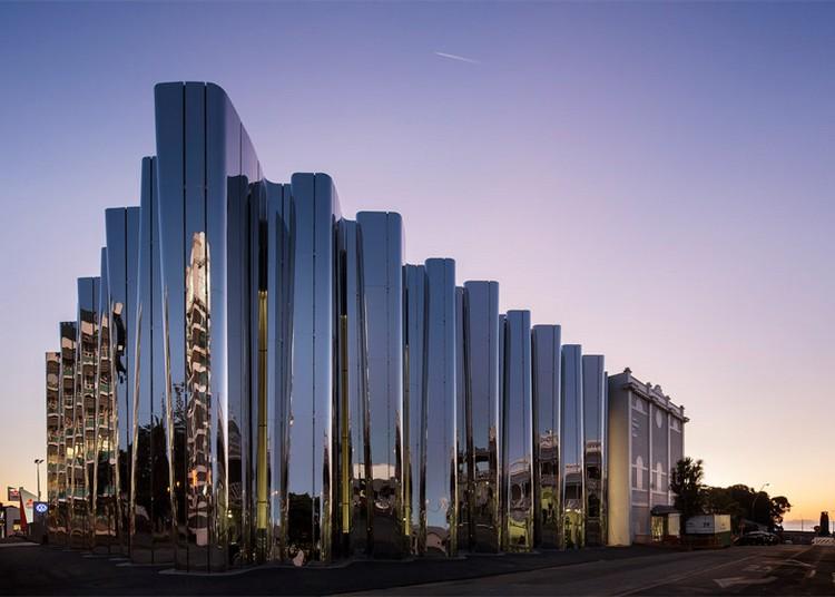 современный фасад зеркальный фото полированная сталь