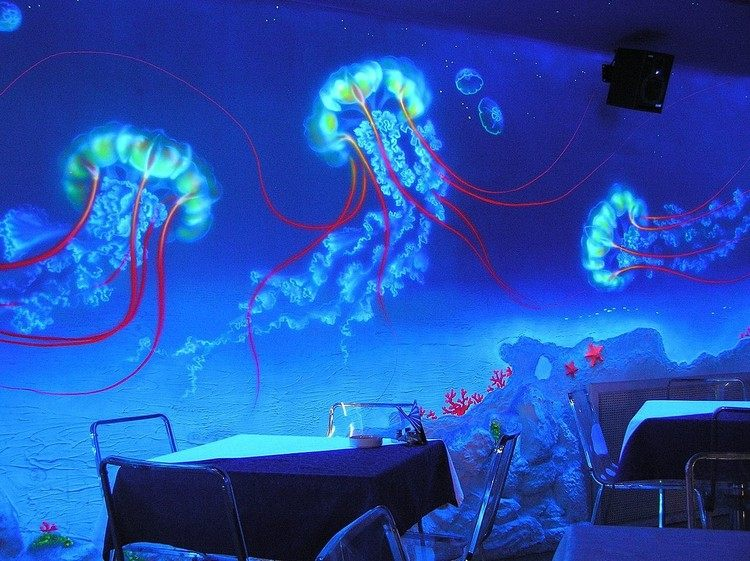 светящиеся рисунки фото на стенах неоновыми красками бар кафе