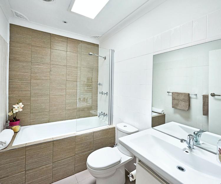 как сделать недорогой ремонт в ванной фото лакировать плитку