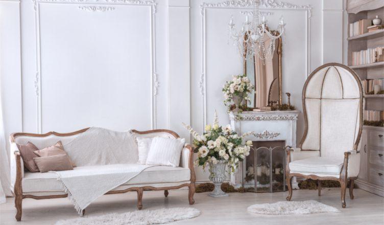 можно в классическом стиле в интерьере фото белая гостиная высокое кресло люстра