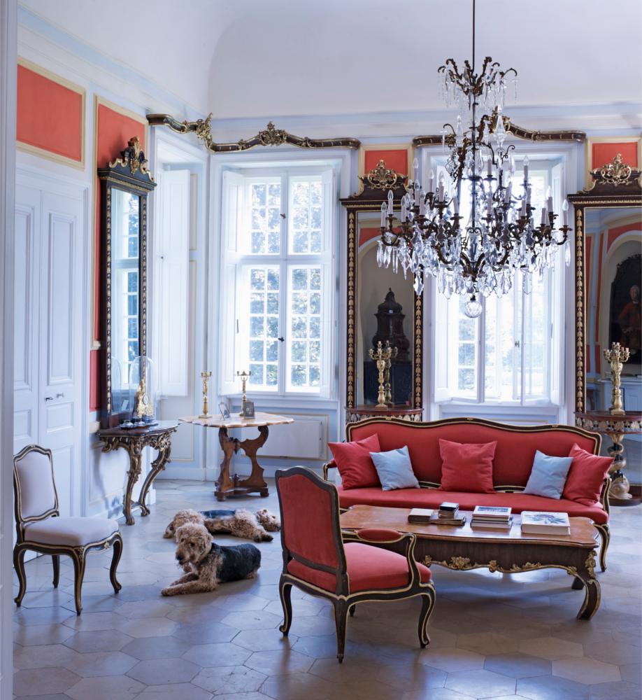 можно в классическом стиле в интерьере фото гостиная люстра диван