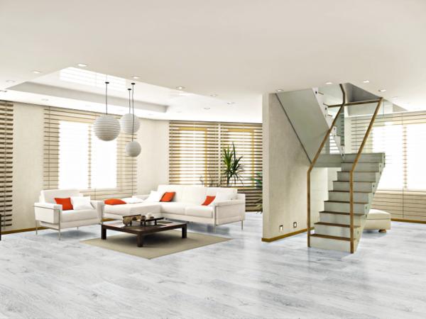 серый ламинат в интерьере гостиной белый диван современный стиль