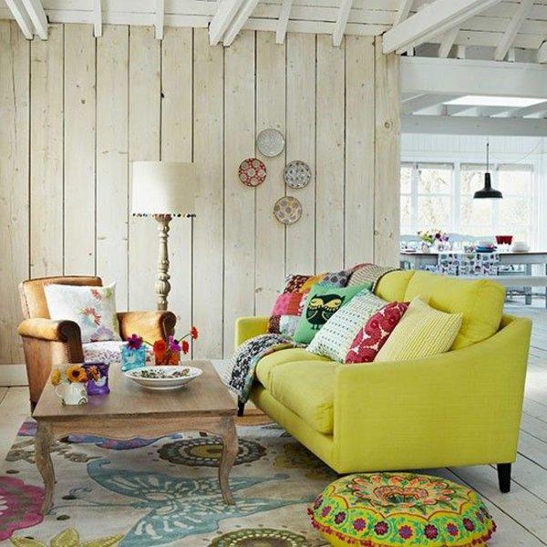 современный кантри стиль в гостиной фото яркие цвета подушки