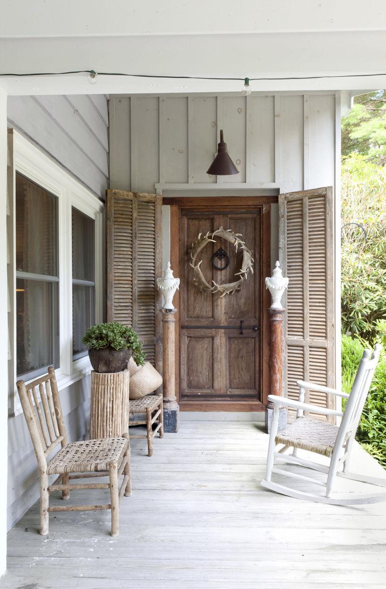 стиль кантри в частном доме фото веранда кресло качалка
