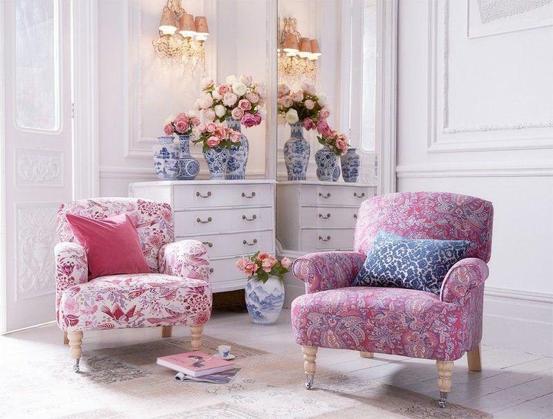 стиль шебби шик в интерьере гостиной фото аксессуары китайский фарфор мягкие кресла