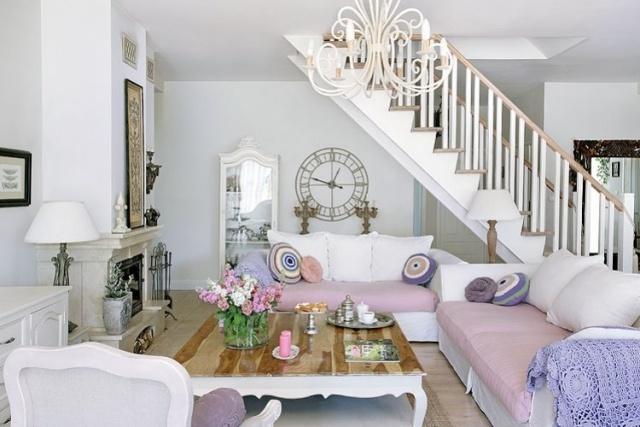 стиль шебби шик в интерьере гостиной фото бело розовый диван люстра аксессуары