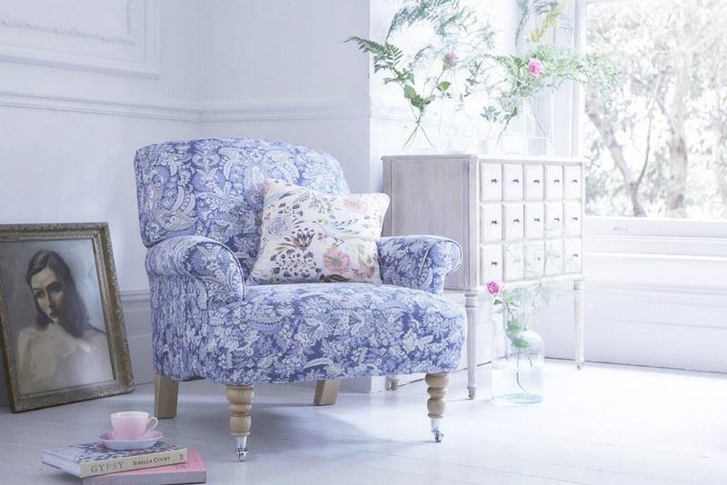 стиль шебби шик в интерьере гостиной фото сиреневое кресло
