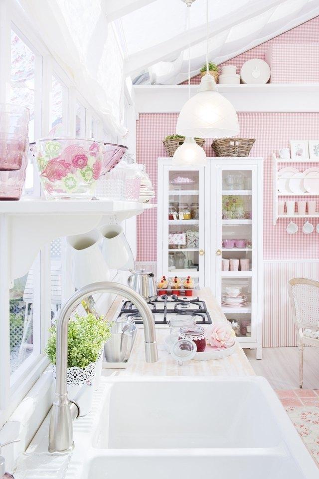 стиль шебби шик в интерьере кухни фото розовый аксессуары белый декор
