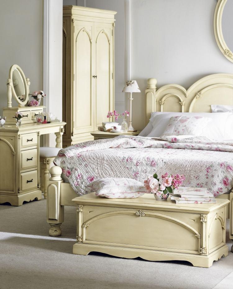 стиль шебби шик в интерьере спальни фото белая мебель цветочный узор декор