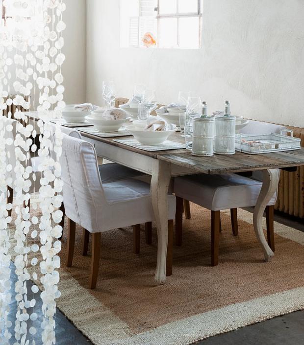 стиль шебби шик в интерьере столовой фото мягкие стулья белая посуда