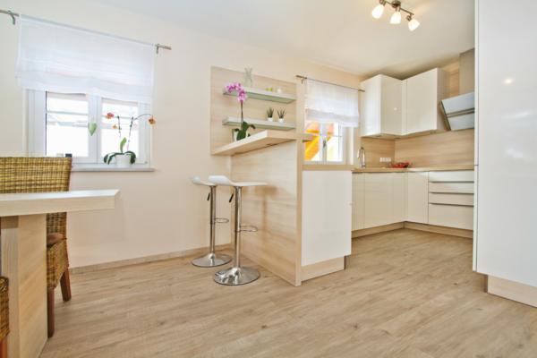 светлый ламинат в интерьере кухни фото белый бежевый
