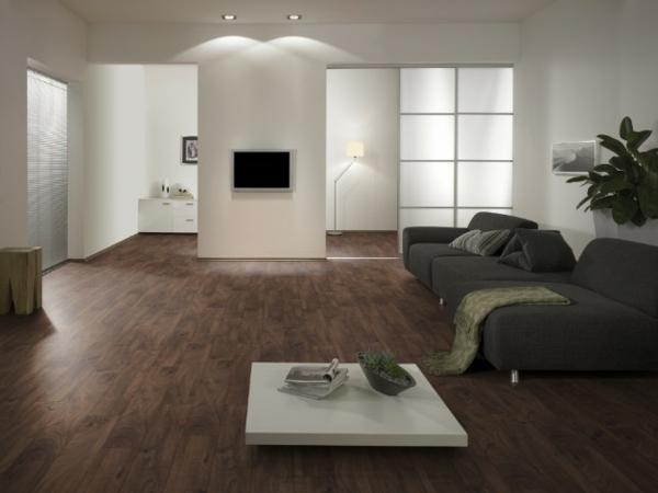 темный ламинат в интерьере гостиной серый диван современный стиль