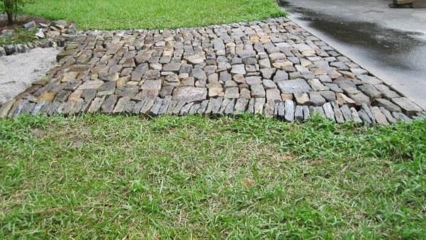 pflastersteine-verlegen-gartenweg-natursteine-material-verwenden-einladend
