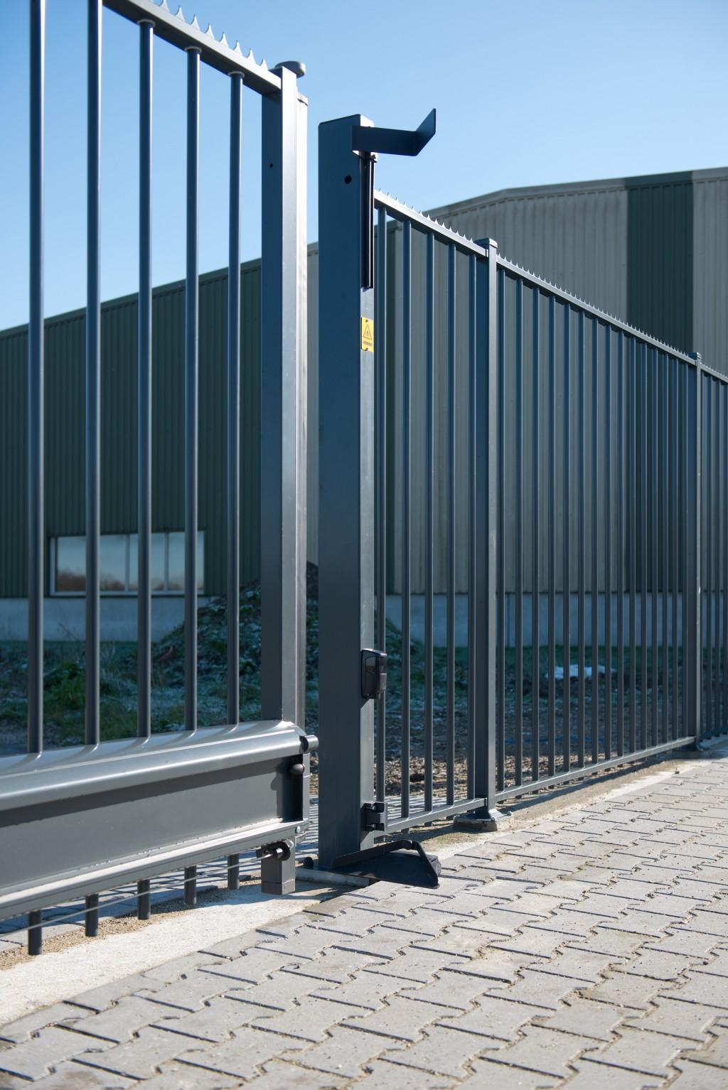 промышленные металлические откатные ворота фото на предприятии