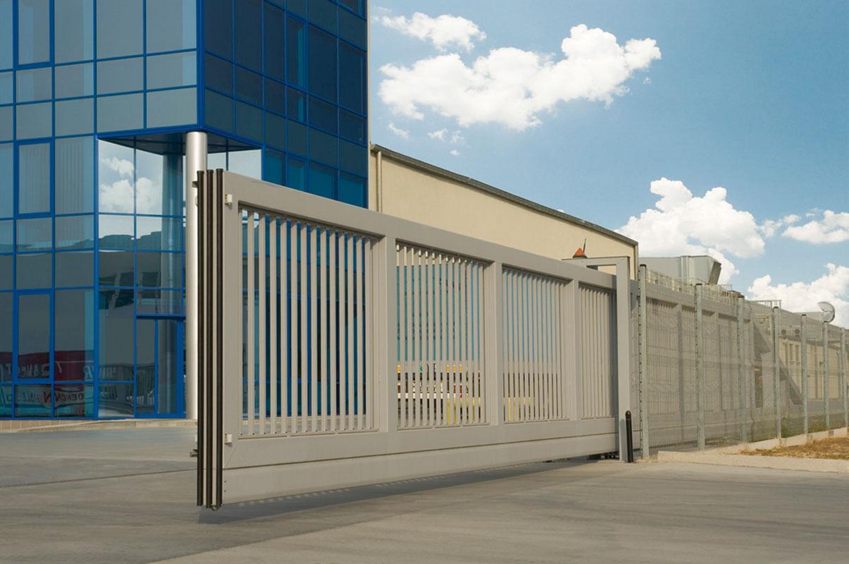промышленные откатные ворота фото на предприятии белые