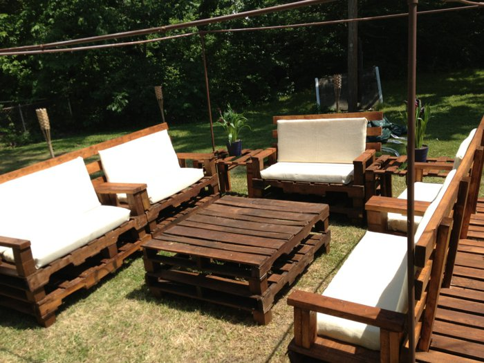 Коричневая садовая мебель из поддонов