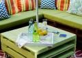Зеленый садовый стол из поддонов