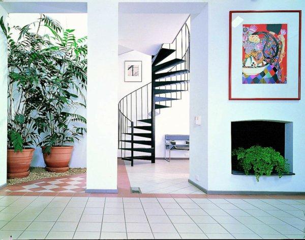 Лестница на второй этаж в доме и квартире из стекла дерева металла фото