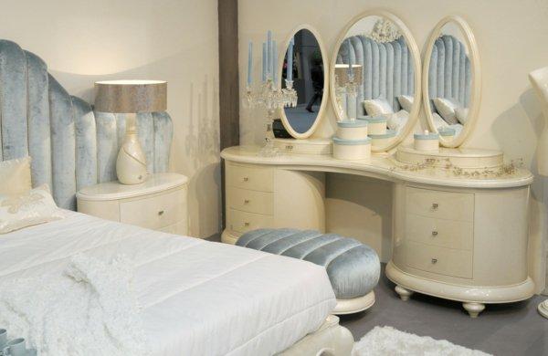 Трюмо с зеркалом в спальне пастельных тонов