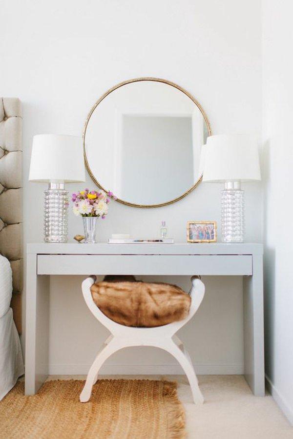 Белый туалетный столик с зеркалом