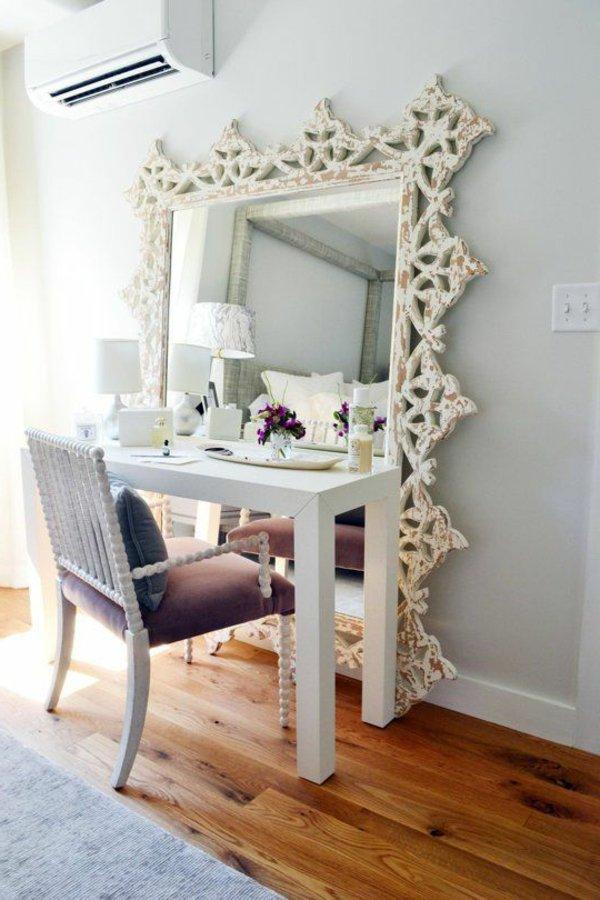 Оригинальный туалетный столик из глянцевой консоли и большого зеркала