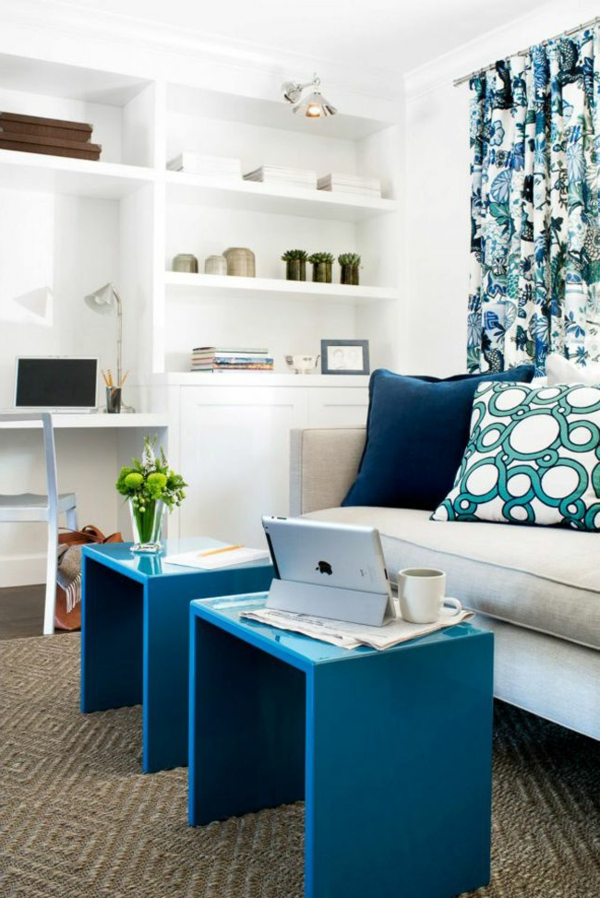 blaue-farbtöne-akzent-deko-stühle-tisch