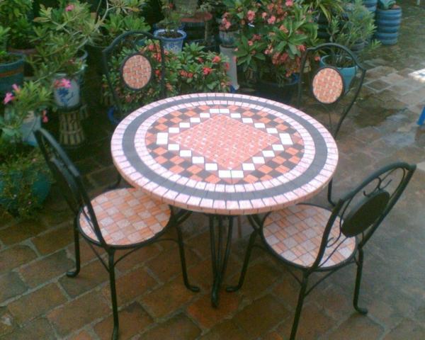 gartentisch-aus-mosaik-klein-und-rund