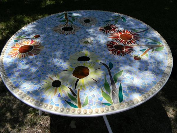 gartentisch-aus-mosaik-runde-form-super-schön-aussehen