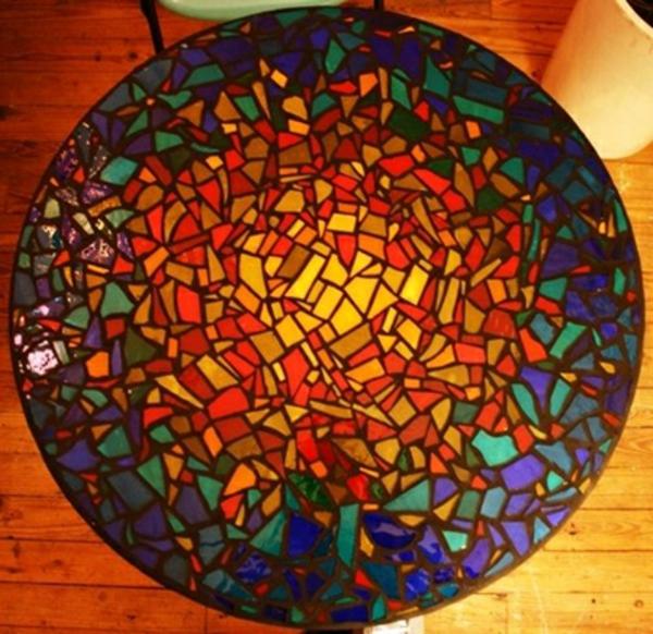 schöner-mosaik-tisch-foto-von-oben-genommen